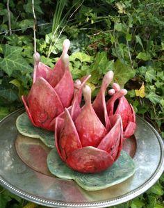 Articles similaires à Lotus a évolué sur Etsy Clay Flowers, Ceramic Flowers, Ceramic Pots, Ceramic Pottery, Lotus, Cerámica Ideas, Pottery Videos, Pottery Handbuilding, Garden Totems