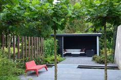 Verharde tuin met veranda.