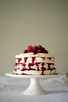 pavlova cake with lemon mascarpone & raspberry coulis Pavlova Cake, Meringue Pavlova, Meringue Cake, Roasted Winter Vegetables, Susie Cakes, Cake Recipes, Dessert Recipes, Chocolate Torte, Fancy Cakes