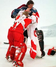 Nothing better than a hockey fight between goalies! Chris Osgood - April Patrick won that fight! Hockey Goalie, Hockey Mom, Hockey Teams, Hockey Players, Hockey Stuff, Kings Hockey, Bruins Hockey, Hockey Girls, Detroit Hockey