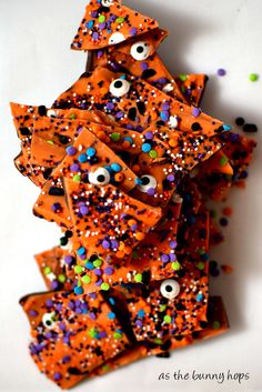 If you love chocolate and Halloween, you'll definitely want to make an easy and fun batch of Halloween Boo Bark! Get the recipe at As The Bunny Hops! Halloween Bark, Halloween Pretzels, Halloween Treats For Kids, Halloween Baking, Halloween Chocolate, Halloween Desserts, Halloween Cupcakes, Creepy Halloween, Group Halloween