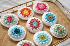Granny square scented bags, tutorial in German by schoenstricken. Cute idea to try all of those granny square patterns.