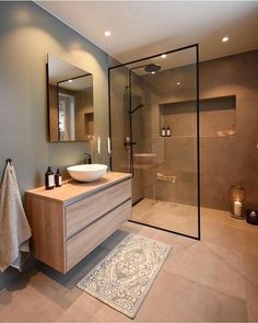 Modèles de cabine de douche en verre moderne Modern glass shower enclosure models Bathroom decorations must be able to meet many needs at the same time. We have to decorate our bathrooms with the … bathroom Interior Simple, White Interior Design, Interior Modern, Modern Exterior, Home Interior, Upstairs Bathrooms, Ensuite Bathrooms, Shower Bathroom, Luxury Bathrooms