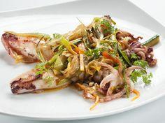 Una manera diferent de menjar calçots. Aquesta recepta de calamars amb calçots és fàcil de preparar, saludable i molt saborosa. Si la feu ja ens explicareu què us ha semblat.
