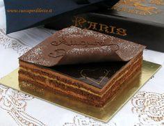 La torta Opera è una morbida delizia composta da strati di mousse al cioccolato e bavarese al caffè, un piacevole connubio da gustare in tutta la sua bontà!