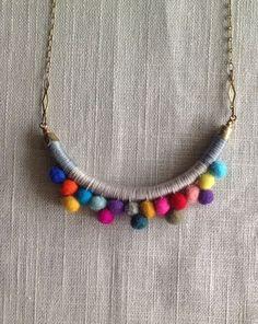 Deshilachado: Tutorial: collar de pompones / Tutorial: pom pom necklace Cute, but I'd like it better with beads! Felt Necklace, Fabric Necklace, Diy Necklace, Pompom Necklace, Collar Necklace, Necklaces, Button Necklace, Brass Necklace, Textile Jewelry