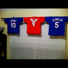 Cool idea with all Blake's jersey's.Easy, cheap valance for a boys baseball room. **think I might do this with the little man's old baseball jersey's** Baseball Mom, Baseball Jerseys, Baseball Pics, Baseball Scores, Basketball Scoreboard, Baseball Stuff, Softball, Sport, Boy Room