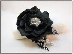 Leather flower brooch and hair clips (2x1) .