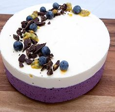 valkosuklaa-mustikkamoussekakku_ja_passionhedelmää Dessert Drinks, Dessert Recipes, Chess Cake, Delicious Desserts, Yummy Food, Sweet Bakery, Just Eat It, Blueberry Recipes, Piece Of Cakes