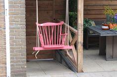Nog een oude stoel over? Gooi deze niet weg, maar maak er een originele vrolijke schommel van! Super leuk voor kinderen, maar net zo leuk voor jou. Het enige wat je nodig hebt is een touw, twee balken en vrolijke verf!
