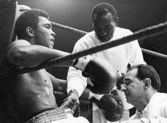 Er hat seine finale Runde gekämpft – und verloren. Muhammad Ali ist heute im Alter von 74 Jahren gestorben, nach jahrelangem Kampf gegen die Parkinson-Krankheit. Die ganze Welt gedenkt der Boxlegende.