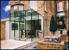 Uitbouw en patio stadstuin | glazen uitbouw glass design and build Door moonwebdesign2012