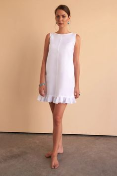 The prettiest white linen mini dress for your summer holidays, pair with your slides or espadrilles. Fácil Blanco is proudly designed and tailored in Dubai from Italian linen. Girly Outfits, Chic Outfits, Fashion Outfits, Women's Fashion, Jean Outfits, Fashion Styles, Dress Fashion, Korean Fashion, Fashion Trends