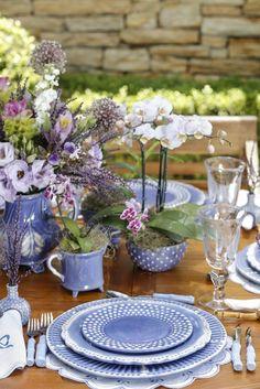 Para nossa mesa de almoço no jardim, escolhemos o tom mais lindo azul hortênsia.