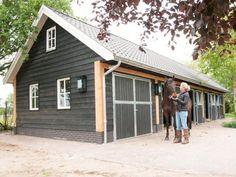 14. Zwarte landelijke houten paardenstal met douglas staanders en ingebouwde paardenboxen 99m2