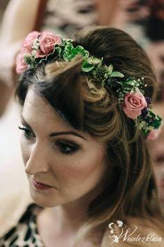 Wianek ślubny  panna młoda wianek z kwiatów  dodatki dla panny młodej  makijaż ślubny