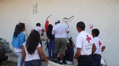 Voluntarios de la Cruz Roja Panama en mudulo pintores trabajando en el nuevo mural.