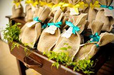 lembrancinha (saco de juta + sementes + instruções de plantio)