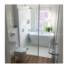 A small bathroom can look stylish and feel spacious whilst being perfectly practical. Here are our small bathroom ideas to help make your space feel bigger. Small Bathroom With Tub, Small Bathroom Layout, Bathroom Tub Shower, Small Tub, Family Bathroom, Small Space, Small Wet Room, Small Bathroom Renovations, Narrow Bathroom