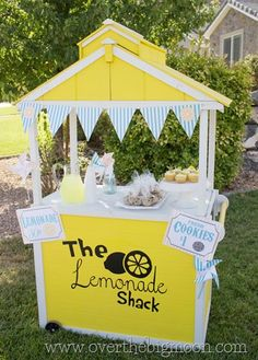 Free Printable Lemonade stand signs, bunting, and pinwheels!