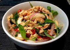 Ensalada de pollo con anacardos Calorías: 300 KCal Proteínas: 30g (40%) Grasa: 10g (40%) Hidratos de carbono: 14g (20%)