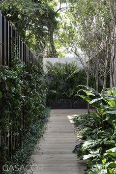 Stunning Garden Fence Ideas to Protect Your Plantations Tropical Garden Design, Tropical Landscaping, Modern Landscaping, Backyard Landscaping, Townhouse Garden, Interior Exterior, Interior Design, Garden Fencing, Garden Inspiration