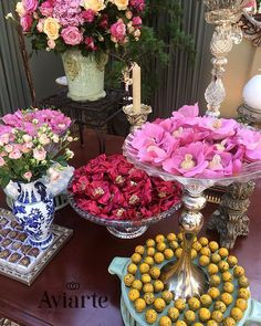 cbfad501b8 Mais uma foto linda de viver do casamento da  noivaaviarte Bárbara! Degradê  de tons de rosa nas caixetas contrastando com doces e peças coloridas!