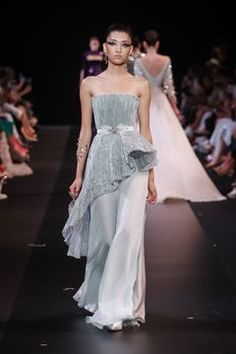 Sculptural and enchanting, Maison GEORGES HOBEIKA's Haute Couture Fall-Winter collection illuminates and magnifies the beauty of the Haute Couture Dresses, Couture Fashion, Runway Fashion, Fashion Show, Fashion Design, Latest Fashion, Live Fashion, Fashion Ideas, Georges Hobeika