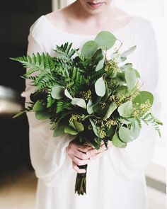 Even with the flourish of spring blooms, few things please us more than a flower-free foliage bouquet. This one beautifully captured by @layersphoto. #greenbouquet #modernwedding #nouba