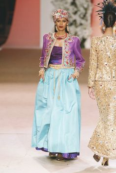 Browse Couture Spring 2002 pictures from the Yves Saint Laurent runway show. Ethnic Fashion, All Fashion, Fashion History, Ysl, Modern Vintage Fashion, Vintage Vogue, Vintage Style, Christian Dior, Yves Saint Laurent Paris