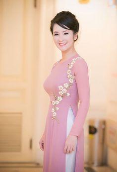 Hồng Nhung nền nã với áo dài hoa đào
