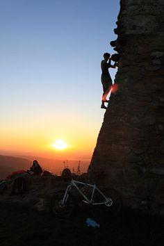 Jahr: unbekannt | In Freiburg braucht man nur sein Rad und die Kletterschuhe von Rock Pillars, um oben auf der Schneeburg wunderschöne Momente zu verbringen! Eingereicht von Dorian M.