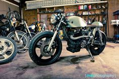 Image issue du site Web http://thebikeshed.cc/wp-content/uploads/2013/01/JB-CM400-Workshop-700.jpg