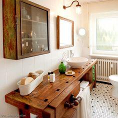 WERKBANK IM BADEZIMMER — Mit geringem Budget entstand aus einem alten Badezimmer ein kreativer Waschtisch. Mehr Bilder auf rooido.com #bathroom #vintage #interior