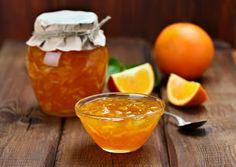 Marmellata di arance - Orange jam on wooden table
