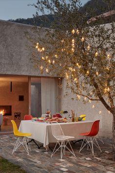 Bald, schon ganz bald, kommen die lauen Sommerabende. Wir freuen uns schon drauf! Ihr auch? Eames Plastic Side Chairs von Ray & Charles Eames, lizensiert hergestellt von Vitra. Charles Eames, Ray Charles, Side Chairs, Terraces, Balconies, Interior Design, Garden, Trendy Tree, Vitra Chair