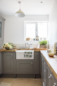 grey kitchen interior On a tight budget, first-time buyers Katie and Lee Anderson have lovingly transformed a tired cottage into a cosy home brimming with country charm Kitchen Interior, Home Decor Kitchen, Kitchen Design Small, Diy Kitchen Renovation, New Kitchen, Country Kitchen, Kitchen Style, Kitchen Renovation, Kitchen Design