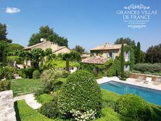 SOUS LA GLYCINE (Saint-Rémy de Provence)  Prachtige villa met privé zwembad, rustig gelegen vlakbij Saint-Rémy de Provence. Deze villa is gerenoveerd en stijlvol ingericht. Deze eigendom is gelegen op een terrein van 2 hectares omringd door olijfbomen en biedt rechtstreekse toegang tot diverse wandelroutes in het massief van de Alpilles. Deze mas heeft 5 slaapkamers en 5 badkamers en is geschikt voor 9 personen.
