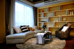 Generally speaking, the color of the living room sofa and floor or wall color should have a suitable degree of contrast