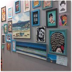 Mural de fotos com tons azuis na parede CINZA.. Quadros feitos com isopor
