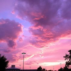 """sunsets and chill? I'm such a """"let's go watch the sunset & listen to music"""" typa person 😂 BUT I think Arizona beats California for best… Pretty Sky, Beautiful Sky, Beautiful Pictures, Sky Aesthetic, Purple Aesthetic, Indie Photo, Aesthetic Backgrounds, Aesthetic Wallpapers, Fred Instagram"""
