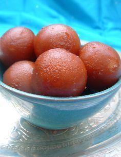 Gulab jamun douceurs indiennes (beignets trempés dans un sirop) Easy Indian Recipes, Indian Dessert Recipes, Asian Recipes, Great Recipes, Gulab Jamun, Indian Cake, Beignets, Delicious Desserts, Cake Recipes