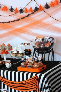 image 44 Vintage Halloween party printables + potterybarn party pictures Create a Retro-Inspired Halloween Party With These Tips From Wants & Wishes - Pottery Barn Halloween First Birthday, Halloween Movie Night, Halloween Party Themes, Retro Halloween, Halloween Carnival, Baby Halloween, Spooky Halloween, Halloween Photos, Comida De Halloween Ideas