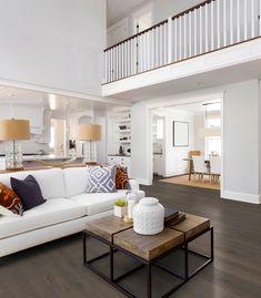 ein wohnzimmer mit dunklen landhausdielen tolle kombination von hell und dunkel kontrastreiche einrichtung mit