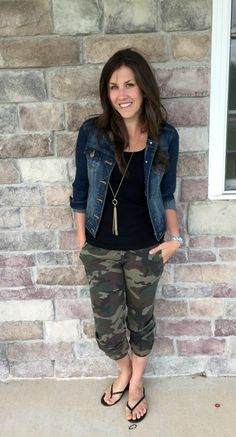 "Camo Joggers : Camo Joggers - love how she threw on a jean jacket and necklace and made ""sweat pants"" look like a fashion statement. Legging Outfits, Camo Jeans Outfit, Jogger Pants Outfit, Jean Jacket Outfits, Camo Joggers, Outfits With Camo Pants, Jean Capri Outfits, Camo Fashion, Camouflage Fashion"