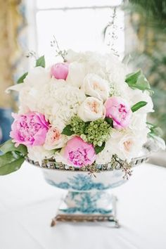 This is simply gorgeous!    florals and centerpiece ideas for Spring