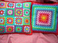 site in dutch, but colors are the main thing granny square stitch crochet Crochet Cushion Cover, Crochet Cushions, Crochet Pillow, Crochet Crafts, Yarn Crafts, Crochet Projects, Crochet Tutorials, Love Crochet, Knit Crochet