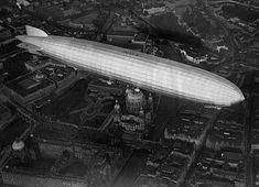 LZ 127 Graf Zeppelin aus Richtung Westen kommend über dem Stadtschloss und Berliner Dom, 1928. Fotograf: unbekannt World War I, World History, Art History, Vintage Pictures, Old Pictures, Interwar Period, Kaiser Wilhelm, Underground World, City Scene