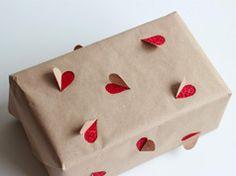 Envoltura del corazón en los regalos y los presentes para los bebés, niños y adultos fiestas como celebraciones, cumpleaños, aniversarios o comidas