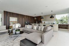 Le séjour de cette maison neuve, meublé de manière minimaliste et stylé mais dans toute sobriété